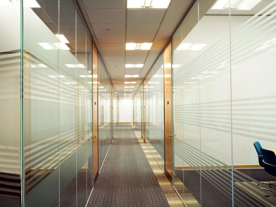 Full length single glazed glass walls avanti systems Interior glass partition systems