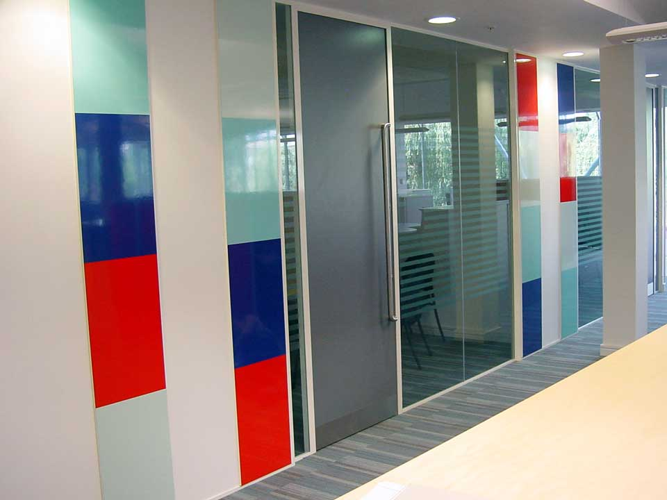Folding glass doors and movable glass walls avanti for Movable glass wall systems
